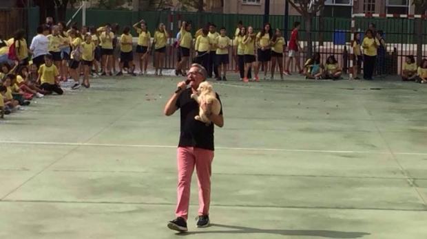 perros en colegio, Assisi en patio con niños