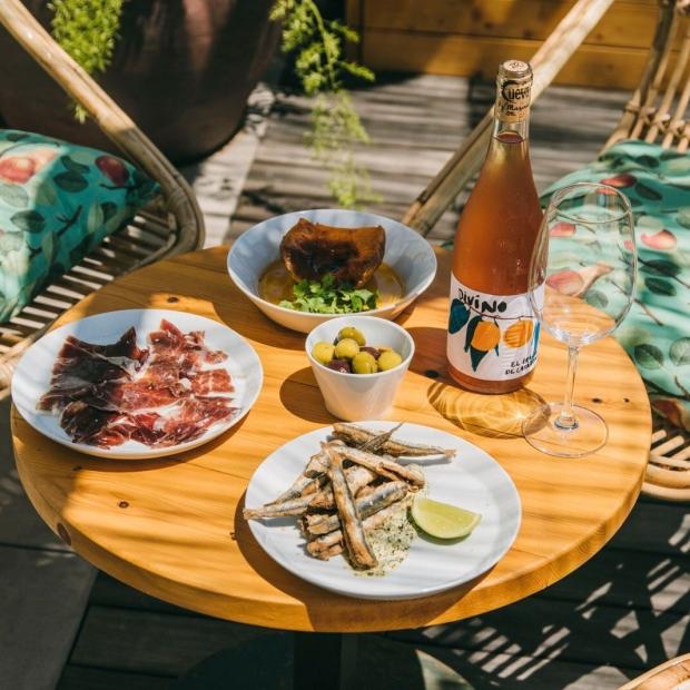 casa bonay: Hotel, Bar de tapas, Restaurante asiático, Cocktails, vino, música, azotea para brunch y barbacoa, libros, cafetería, música... PetFriendly con perros barcelona
