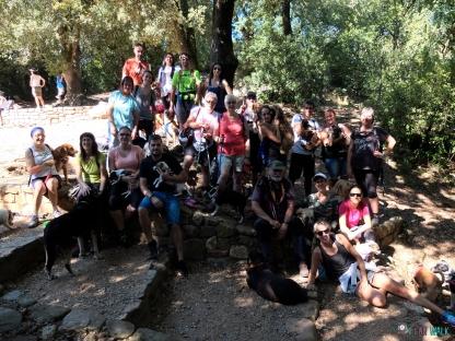 Grupo senderismo con perros benéfica al Montcau