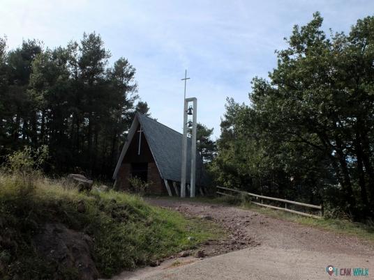 capilla, estás cerca de la carretera